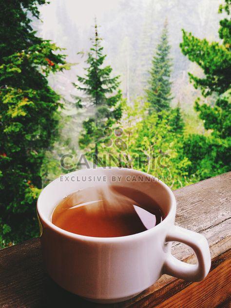 Tasse de thé chaud sur le balcon - image gratuit #136249