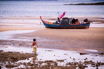 Fishing boat on the beach - image #136329 gratis