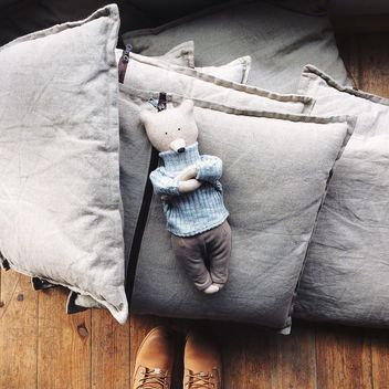 Toy bear on pillows - image #136439 gratis