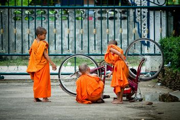 Small boys repair bicycle - image #136479 gratis