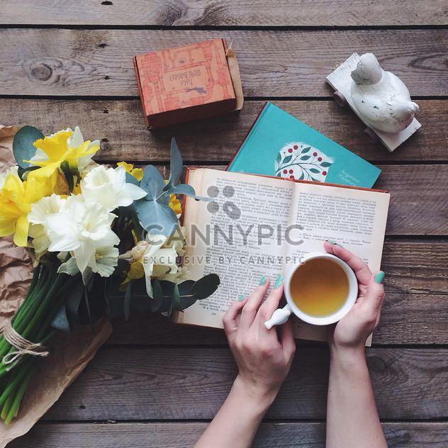 Tasse Tee, Bücher und Blumen - Free image #136539