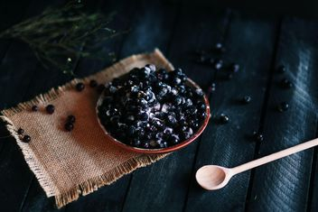 Blueberries in bowl and wooden spoon - image #136569 gratis