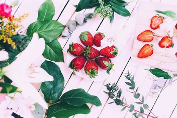 Fresh strawberries, flowers and green leaves - image #136609 gratis
