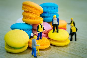 Tiny figurines on macarons - Free image #152559