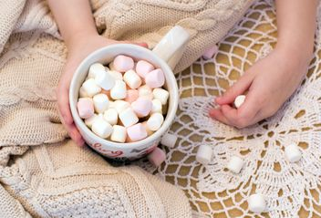 Cup of marshmallows in child's hand - image #182659 gratis