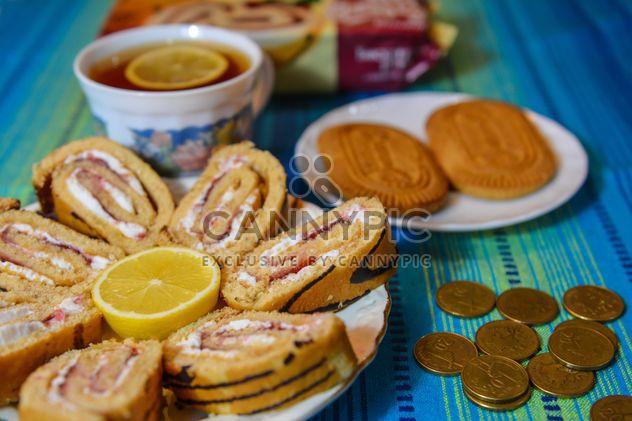 Pièces de monnaie, citron, cookies et pain sucré - Free image #182819