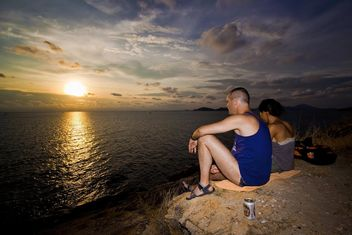 Couple sitting on ocean coast - image gratuit(e) #183419