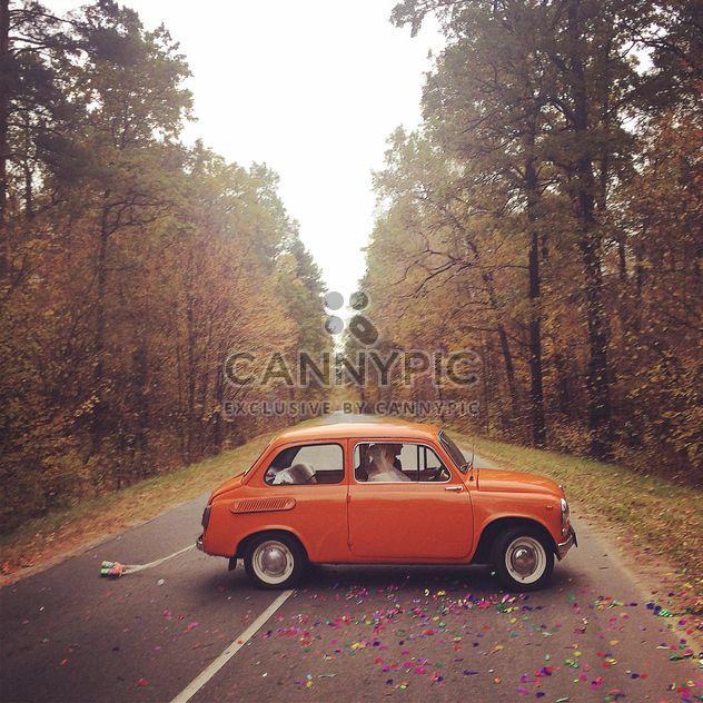 Красный автомобиль в осеннем лесу - бесплатный image #183639