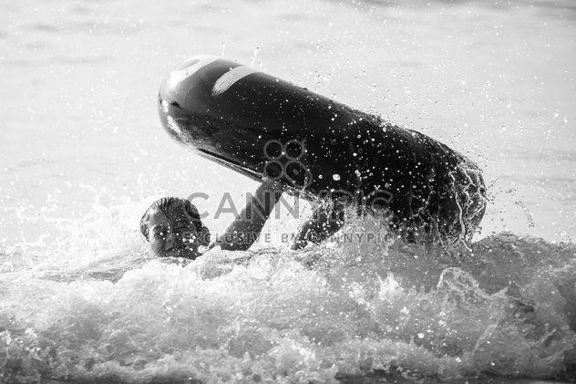 Pequeno rapaz asiático nadando no mar - Free image #183849