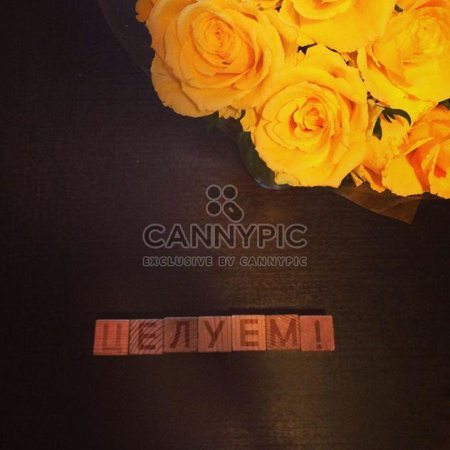 Rosas amarelas na mesa closeup - Free image #185689
