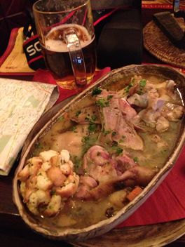 Closeup of dish in bowl and glass of beer - image #185699 gratis
