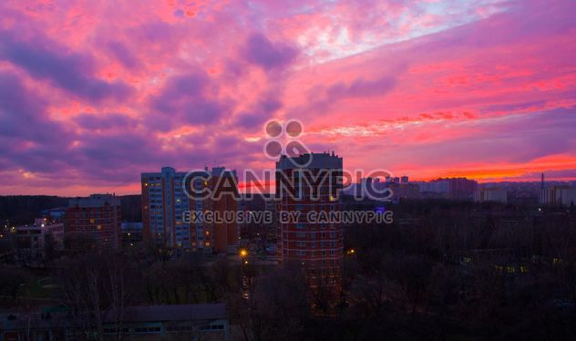 Arquitectura bajo el cielo rosa al atardecer - image #185719 gratis