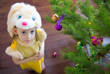 Cute small girl near Christmas tree - image #185819 gratis