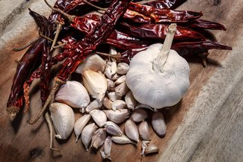 Chili peppers and cloves of garlic - image #186069 gratis