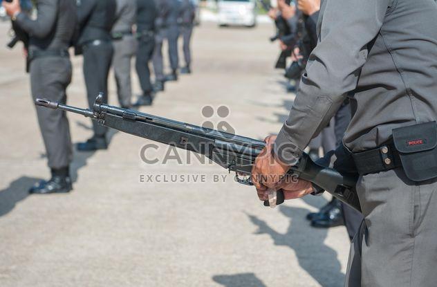 Primer plano de manos de la policía con pistola -  image #186299 gratis