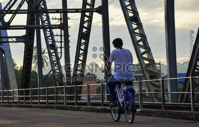 Mann mit dem Fahrrad auf einem Steg - Kostenloses image #186389