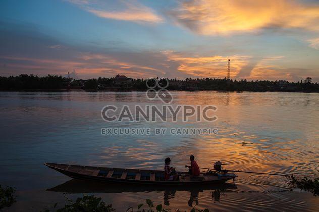 Лодка в реке на закате - бесплатный image #186519