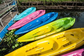 Colorful kayaks on lake - image #186529 gratis