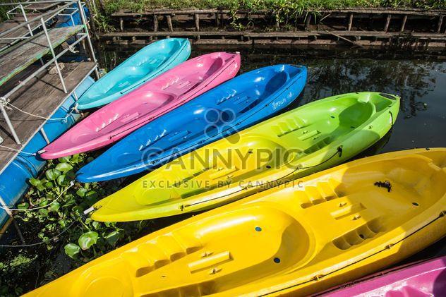 Colorful kayaks on lake - image #186529 gratis