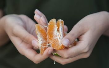 Peeled tangerine in hands - бесплатный image #186559