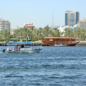 View of Dubai and boats on water - Kostenloses image #186659