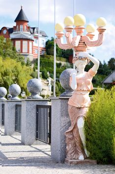 Statue of woman on bridge - бесплатный image #186739