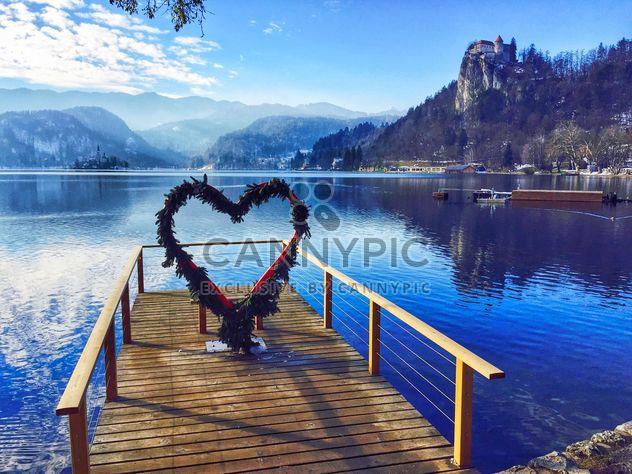 Muelle y corazón arco, lago de Bled - image #186819 gratis