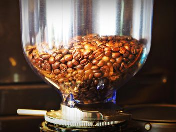 Coffee beans in glass can - image #186939 gratis