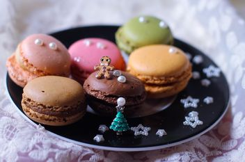 Macaroons with decorations on plate - бесплатный image #187369