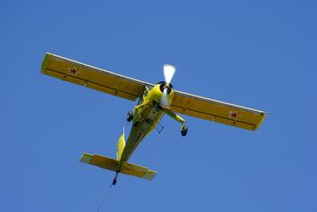Small plane in blue sky - image gratuit(e) #187759