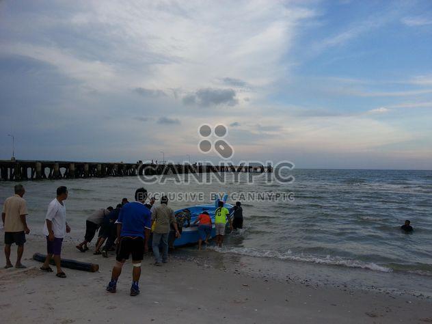 Tailandeses empuje la barca de pesca - image #198009 gratis
