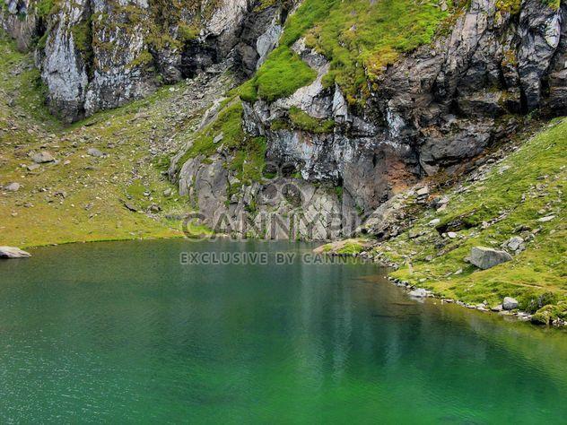 Зеленые воды озера в Carphatians горах - бесплатный image #198139