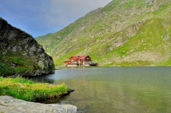 Water chalet on Mountain lake - image #198189 gratis