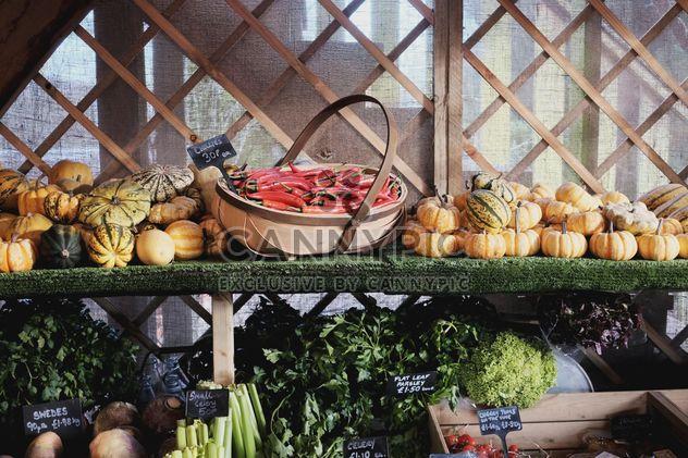 Comptoir avec légumes au marché - image gratuit #198349