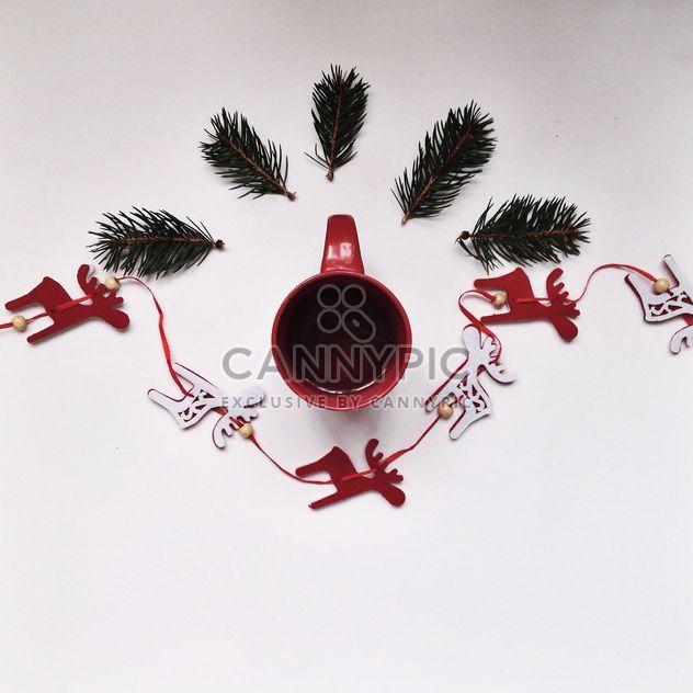 Tasse de thé et de décorations de Noël sur fond blanc - image gratuit #198449