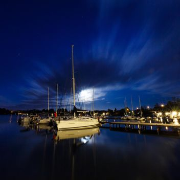 Yachts at the pier at night - image #198559 gratis