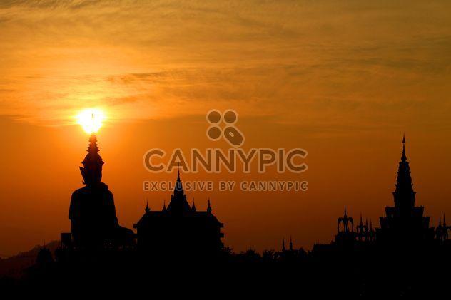 Estátua de Buda e templos ao pôr do sol - Free image #199029