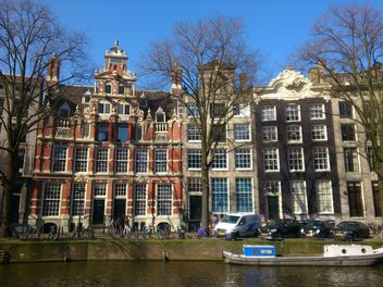 Dutch houses by the canal in Amsterdam - Kostenloses image #200339