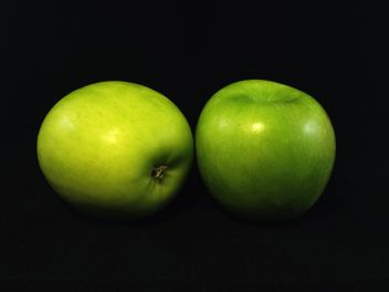green apples on a black background - image gratuit(e) #205079