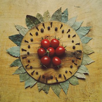 Tomatoes on wooden board - image #274859 gratis