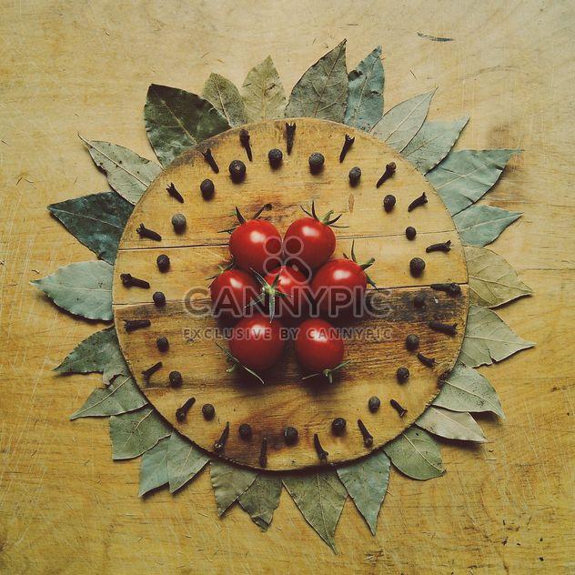 Tomates sur planche de bois - image gratuit #274859