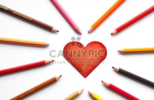 Crayons et carte en forme de coeur - image gratuit #301359