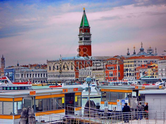 Gondola boat pier in Venice - image #301429 gratis