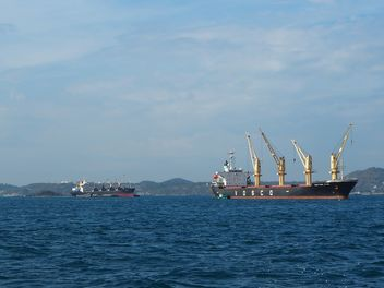 Cargo ships on a sea - image gratuit #301579