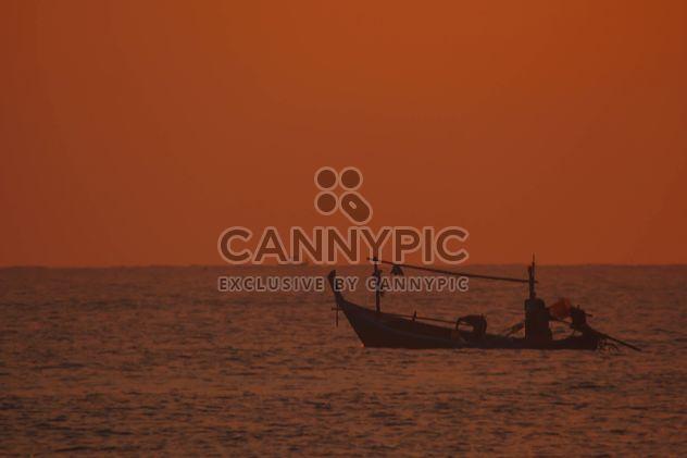 barco de pesca anclado en la costa - image #301589 gratis