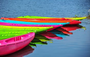 Colorful kayaks docked - image #301649 gratis