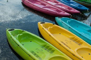 Colorful kayaks docked - image #301669 gratis