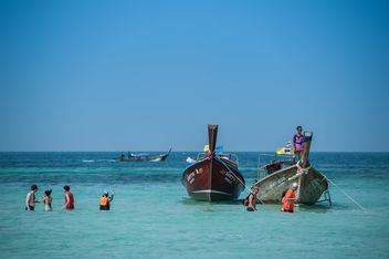 fishing boats moored on the coast - бесплатный image #301689