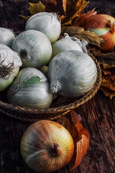 Onions in basket and on wooden background - бесплатный image #302029