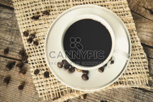 Une tasse de café sur une planche de bois - image gratuit #302289